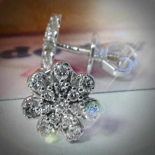 """Серьги """"Гвоздики-цветок"""" из белого золота с бриллиантами в 750 пробе"""