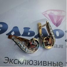 Серьги из комбинированного золота с гранатами и белыми сапфирами
