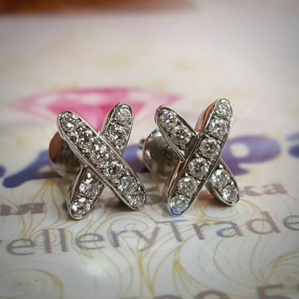 """Серьги """"Крестики-цветок"""" из белого золота с бриллиантами в 750 пробе"""